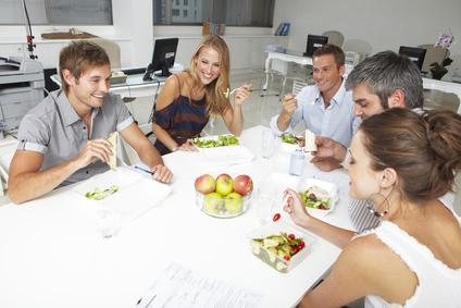 7 הרגלי אכילה בריאים שכדאי לאמץ בחיים עמוסים