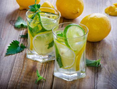 12 סיבות להתחיל את היום עם כוס מים ולימון